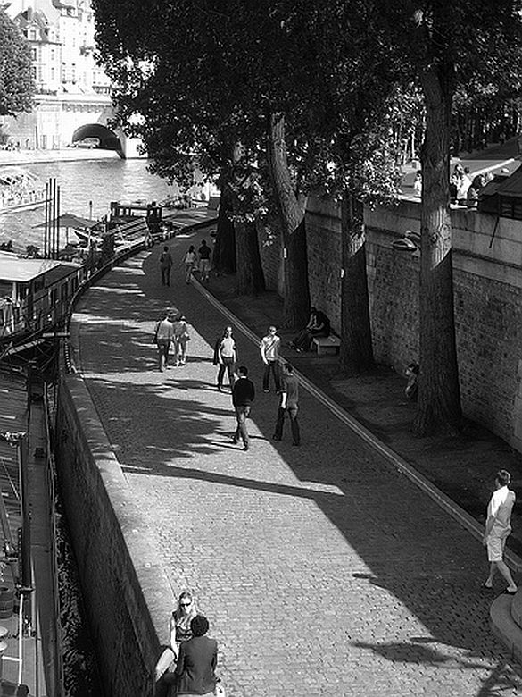 6) A beautiful and romantic walk along the banks of the Seine.