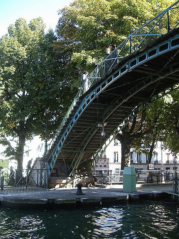 2) The Canal Saint Martin in the 10th is a picturesque place to take a stroll, ride a bike or have a picnic. Quirky boutiques, restaurants and cafés abound in this neighborhood.